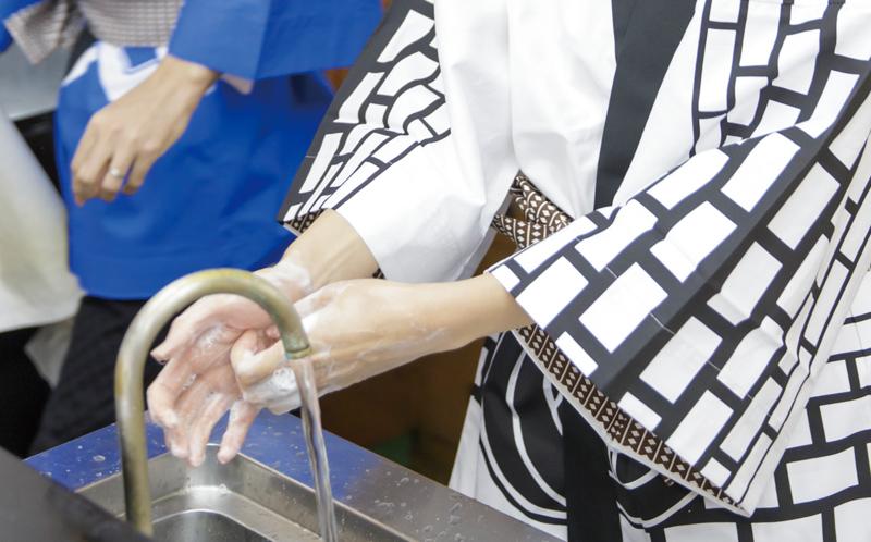 すしを握る前に手洗い